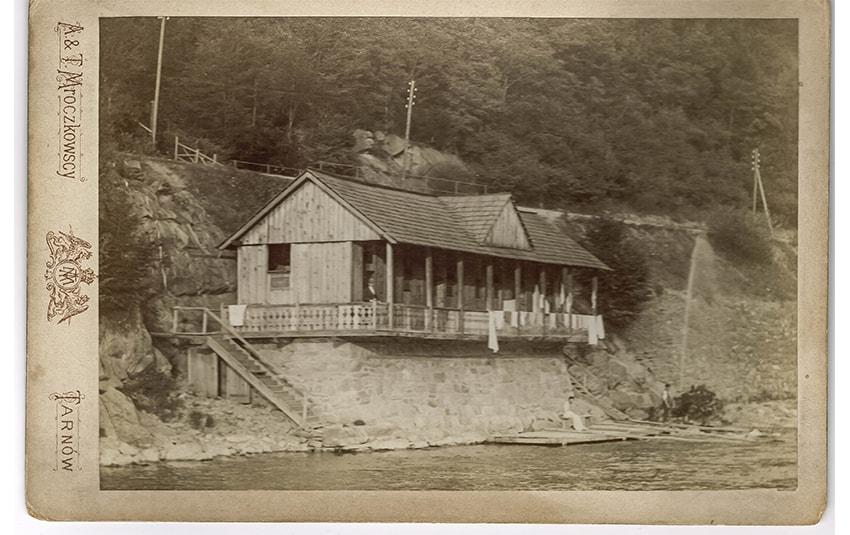 Łazienki Popradowe, fotografia z1922 r. Zakład Fotografii Artystycznej Aleksandra iTadeusza Mroczkowskich wTarnowie.